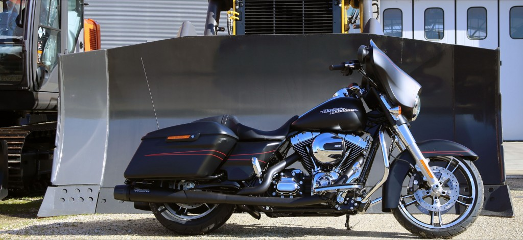 Harley Davidson® Touring with black 2:2 full Mohican Exhaust system and carbon end cap